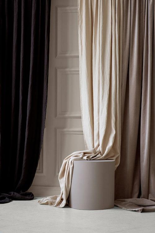 Långa gardiner i bomullssammet.