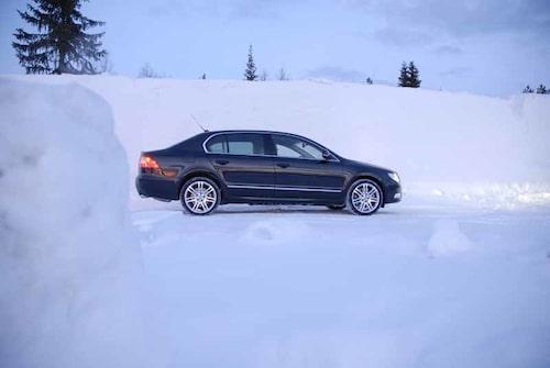 Den stabila fyrhjulsdriften gör att körningen blir avspänd.  Adaptivt xenonljus med aktivt kurvljus är standard i V6.