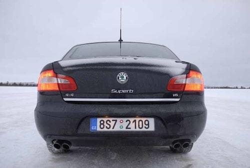 På andra underlag kan den 1,6 ton tunga bilen ta sig från 0–100 på 6,5 sekunder. I snö och is njuter man i stället av stabiliteten.