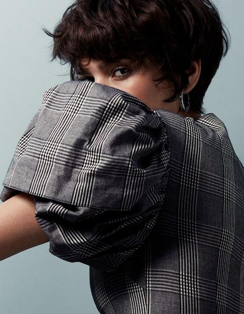 Knälång puffärmsklänning, 15000 kr, Simone Rocha. Creoler, 2600 kr, Sif Jakobs.