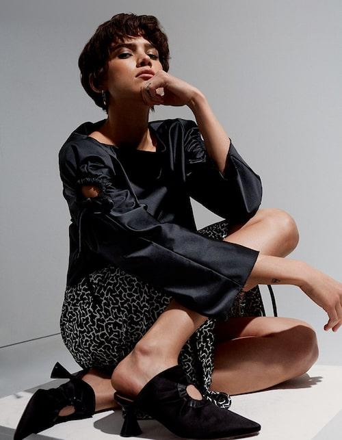 Blus, 2900 kr, mönstrad kjol,3300 kr, och slip-in-skor av siden/skinn, allt från Sportmax. Örhängen av silver, 850 kr, Liga design.