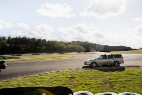 Alla bilar går att åka på bana! Volvo V70 med ett tjut som lät över hela Östergötlands län.