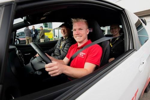Alla fick uppleva idealspåret runt Mantorp Park. Här med Teknikens Världs egna racerförare Oskar Krüger.
