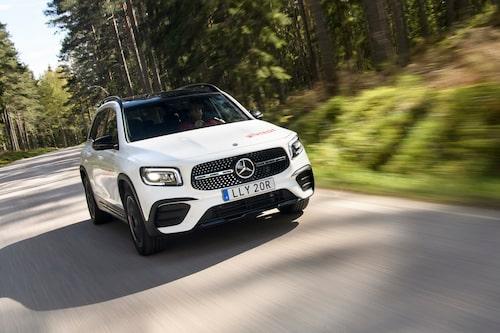 GLB bygger på bottenplattan från de små Mercedes-modellerna med tvärställda motorer.