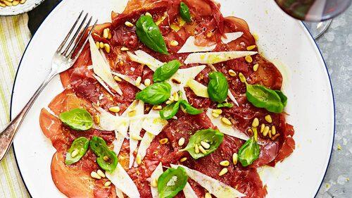 Recept på bresaola med pecorino och pinjenötter.