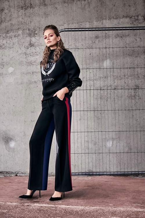 Glamour och arvet från couturen är närvarande i Lars Wallins nya kollektion V, men designern överför det festliga från en aftonklänning till en college-tröja – fest möter sport i höstens kollektion.