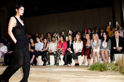 Bella Hadid var en av modellerna på H&M:s visning. På front row satt bland andra Nicki Minaj och Alexa Chung.