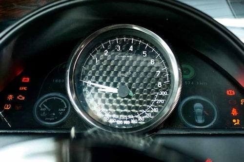 Innovativ design av mätartavlan med dubbla visare.  Övre halvan har varvtalsskala, undre halvan en hastighetsskala graderad till 300 km/h. Kupolen över instrumentet känns som en oblyg BMW-kopiering, men visst är det snyggt.