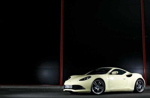 Den är låg och bred, men bara drygt fyra meter lång.  Mer Audi TT än Porsche Cayman i storlek.