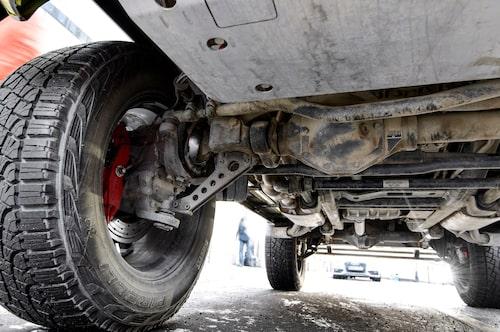 För att uppnå markfrigången går drivaxeln inte rakt in i hjulets centrum, utan förskjuten uppåt som syns på denna bild. Ordentliga hasplåtar fram och bak, men inte mitt under bilen.