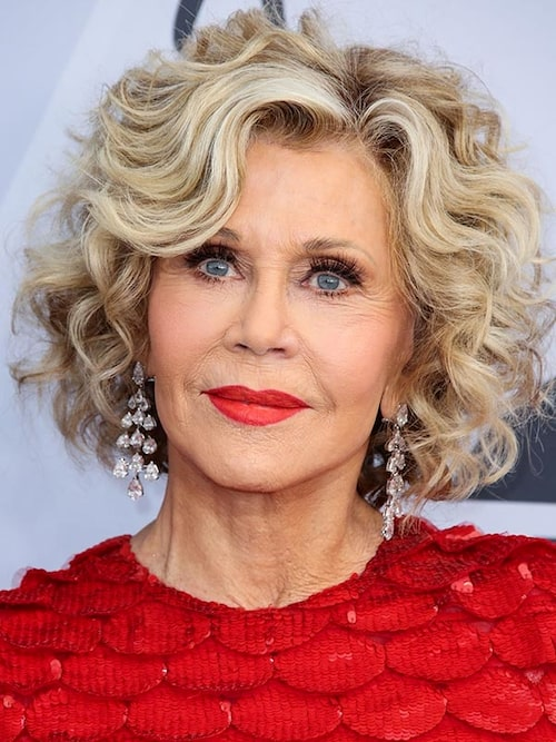 81-åriga Jane Fonda förstärker sitt tjocka hår ytterligare genom att locka upp en kort page.
