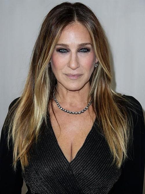 Sarah Jessica Parker, 54, visar inga tecken på att kapa sitt långa hår, tvärtom blir det bara längre och längre för varje år.