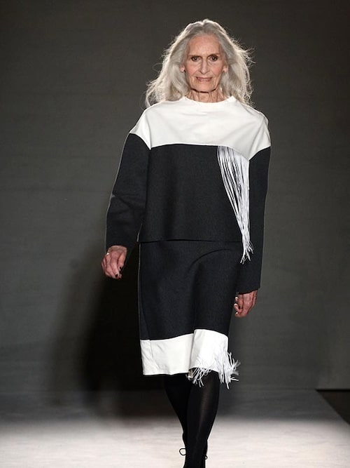 Även forna Vogue-omslagstjejen Daphne Selfe, 87, låter sina grå längder falla fritt.
