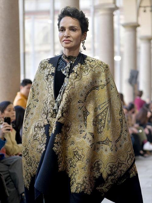 Franska filmregissören och modellen Farida Khelfa, 59, i kort frisyr på catwalken.