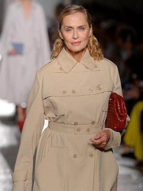 Lauren Hutton, 75, som setts på Vogues omslag rekordmånga gånger, fick sitt tjocka hår uppsatt under Bottega Venetas senaste visning.