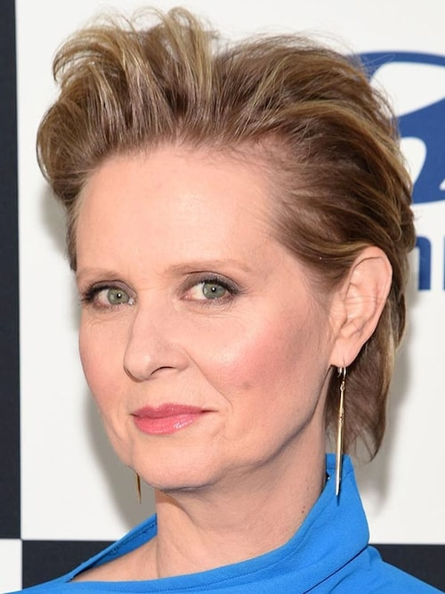 Sex and the city-skådespelerskan Cynthia Nixon, 53, har tunna hårstrån och adderar mycket volym.