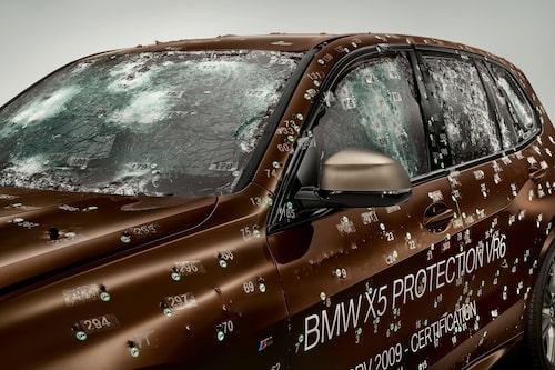 BMW X5 Protection VR6 kan ta emot rejäla skottsalvor utan att personerna i bilen tar skada.