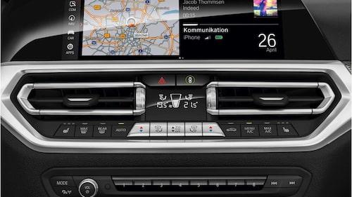 Ny, integrerad infotainmentskärm och liten skärm mellan ventilationsutblåsen.