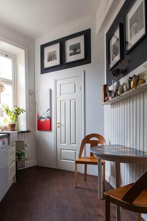 Stolarna i köket är designade av Björn Hultén för Gärsnäs. Bordet har fått en makeover genom att Lisa målat bordsskivan i art deco-mönster.
