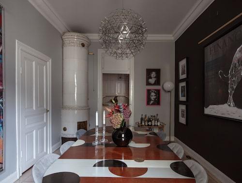 Ett äldre bord från 50-talet har fått nytt liv med dekormålning i form av halvcirklar. Cirkelmotivet följs upp i vas och armaturer