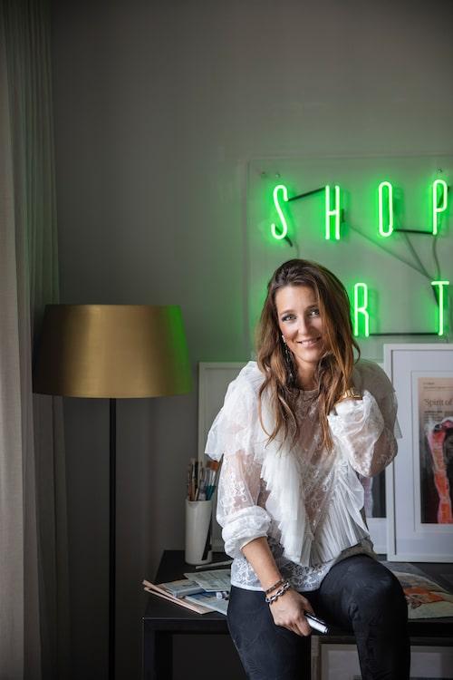 Lisa Törner är konstnär och arbetar som global partnership director på onlinegalleriet Absolut art. Hon bor i en våning på 135 kvm i Vasastan i Stockholm, i en fastighet från 1904.