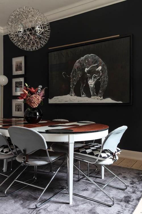 Lisa har målat tavlan med den svarta pantern inspirerad av finansvärlden. Hon har även dekormålat 50-talsmatbordet. Stolar från Dux och taklampa av Marcel Wanders, Flos.