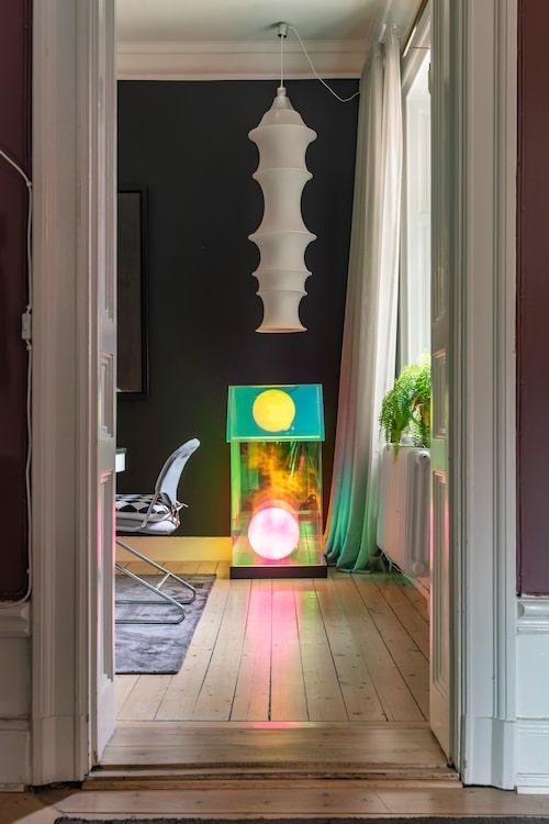 Skulpturen i form av ett lysande hus är skapad av inredaren och konstnären Sara Garanty. Lampan Falkland i design av Bruno Munari, Danese.