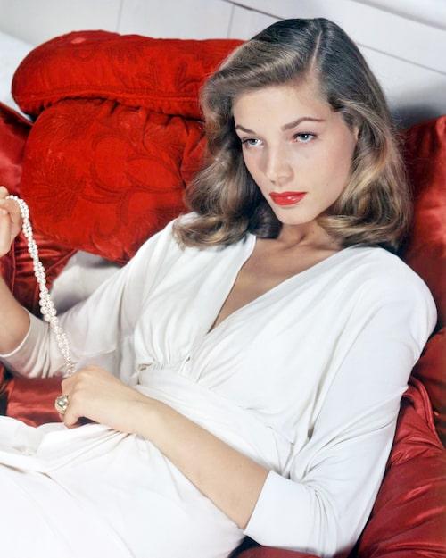 Lauren Bacall i rött läppstift i klassisk Hollywood-stil.