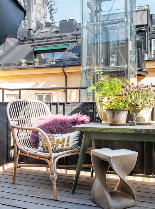 Från köksdelen når man balkongen som vetter mot den lugna innergården.