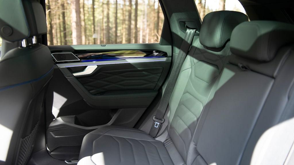 I baksätet är utrymmet väl tilltaget för alla kroppsdelar, sätet är komfortabelt och lårstödet är bra.