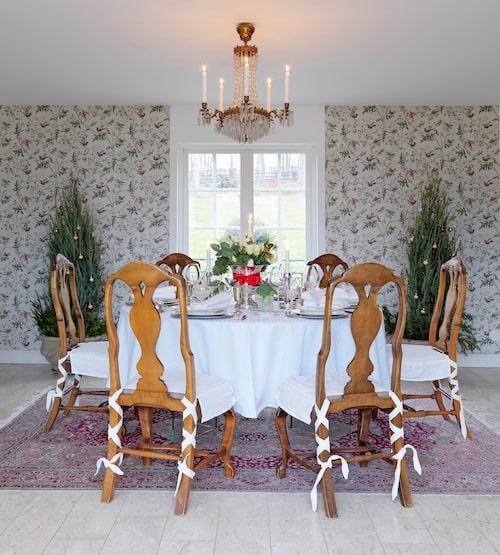 Villa Balsvik bestod tidigare av två hus, som Peter låtit bygga ihop. Han ritade själv matsalen som nu binder ihop huskropparna. Mönstrade tapeter, en traditionell matsalsgrupp och fin utsikt över trädgården gör det till en mysig plats att äta middag på.