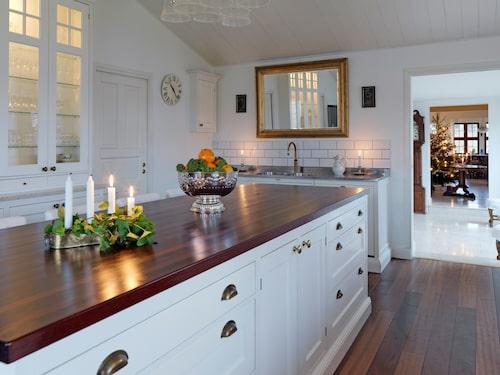Köket är Ängö från Tibrokök. Peter har ritat det så att allt ska fungera efter familjens behov men ändå se elegant och fräscht ut.