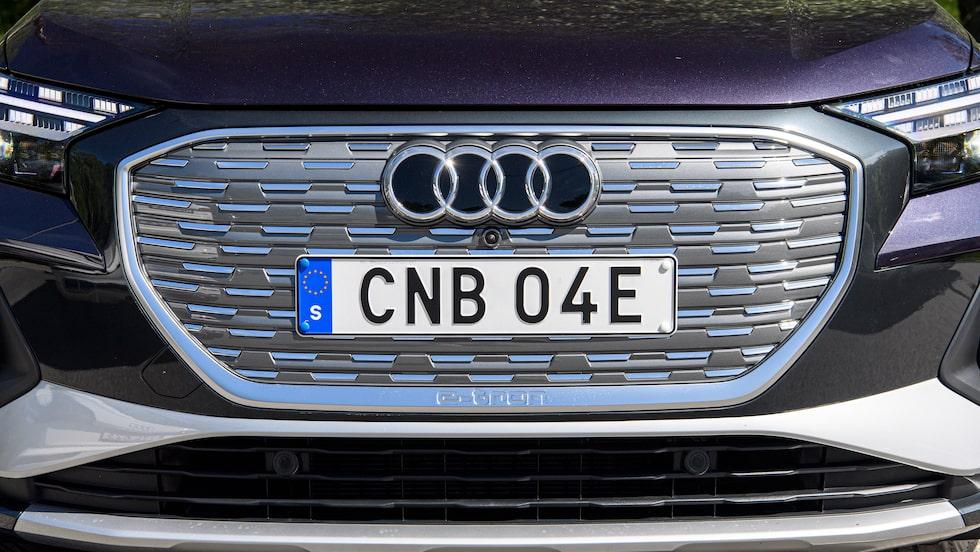 En grill, om än tilltäppt, på en elbil från Audi. I detta fall Q4 e-tron.