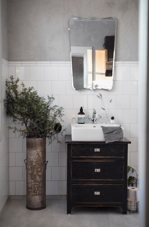 Även i badrummet blandas gammalt och nytt. Det går utmärkt att skapa ett funktionellt badrum där loppis och auktionsfynd samsas med moderna bekvämligheter.