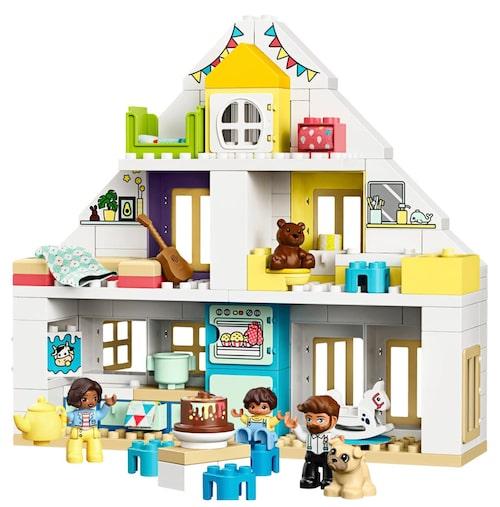 Med byggbara klossar och små figurer från LEGO DUPLO blir det inte bara en lek utan även en övning på finmotoriken.