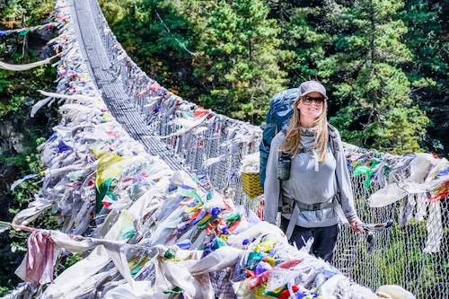 Linda Åkerberg under en resa till Nepal, där hon bestigit berg vid foten av Mount Everest.