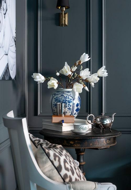 Det lilla antika bordet räcker till te för två. Urna från Welcome home company. Doftljus och kaffekopp, Ralph Lauren, kudde, Day home.