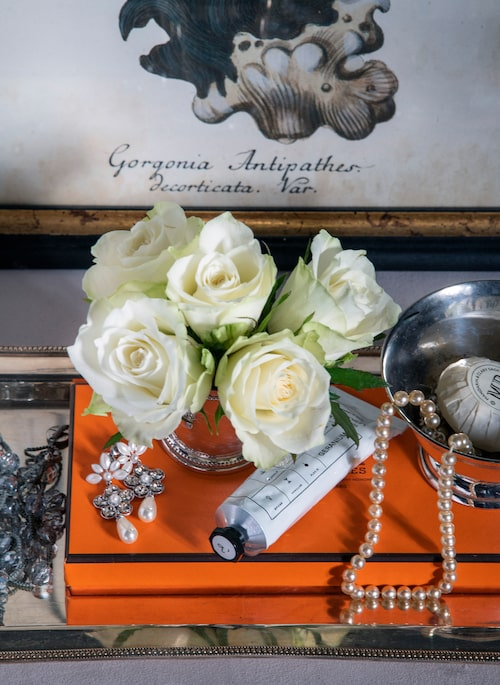 Smycken och annat smått samlat på silverbricka. Vas, Newport, silverskål Day home, örhängen, Lily and Rose, Tavla med korall, G&C.