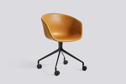 Stolen About a chair är värd att visas upp, fungerar som extrastol och solitär också, ca 5 600 kr, Hay/Gulled.