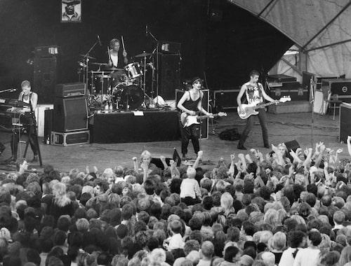 Imperiet, med Joakim Thåström vid mikrofonen, spelar på Skeppsholmen i Stockholm sommaren 1986. Gry var där!