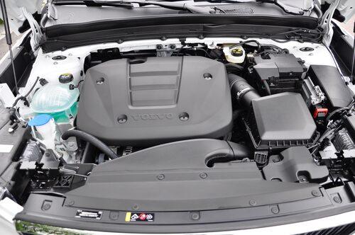 Täckkåpan har endast tre räfflor eftersom 1,5-litersmotorn har tre cylindrar (129 hk).