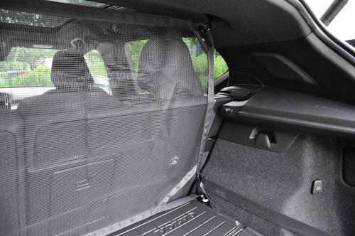 Skyddsnät i nylon kostar 1 800 kronor men säkrar kupéutrymmet. Kraftiga fästöglor i golv och tak.