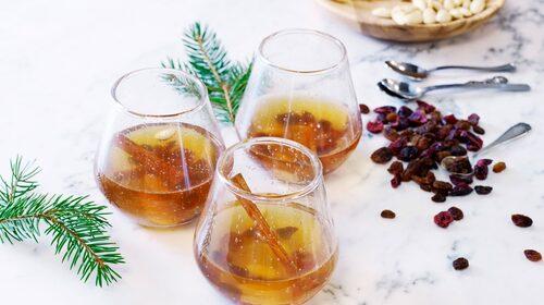 Sött vitt portvin ger glöggen goda toner av fat, torkad frukt och nötter. Perfekt till ost, pepparkakor och andra smakrika tilltugg.