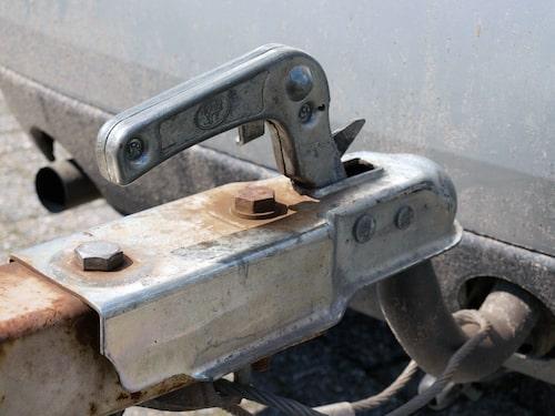 Se till att kulhandsken verkligen greppar runt dragkrokens kula. Glöm inte att koppla säkerhetsvajern och koppla elkabeln.
