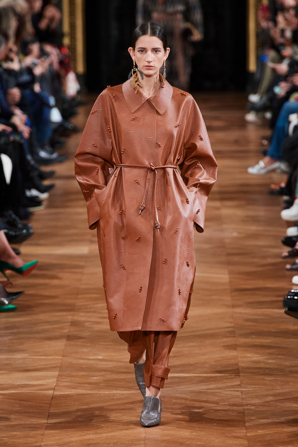 Höstmode 2020: läderkappor hos Stella McCartney AW20.