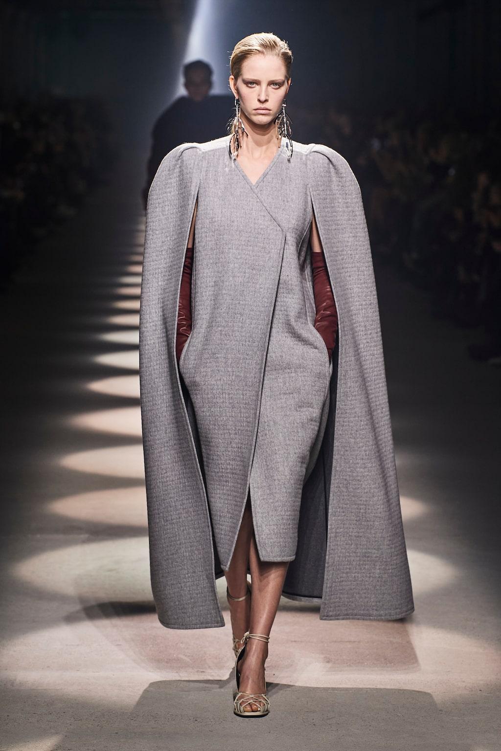Höstmode 2020: storslagna capes hos Givenchy AW20.