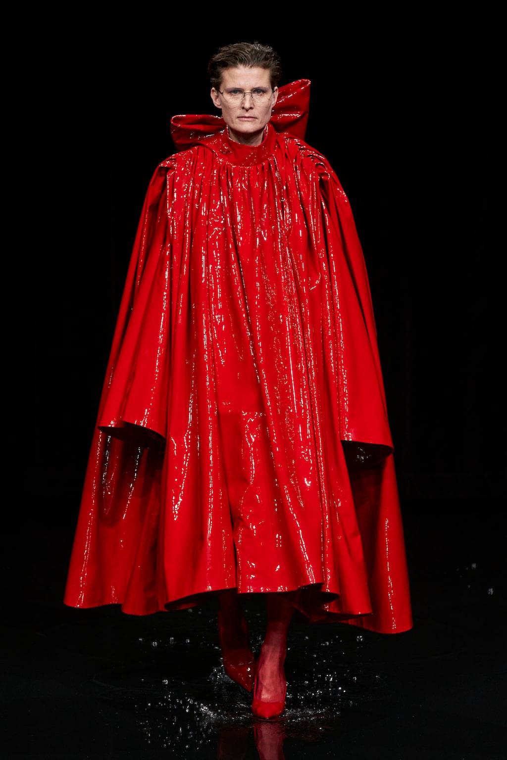 Höstmode 2020: rött hos Balenciaga AW20.