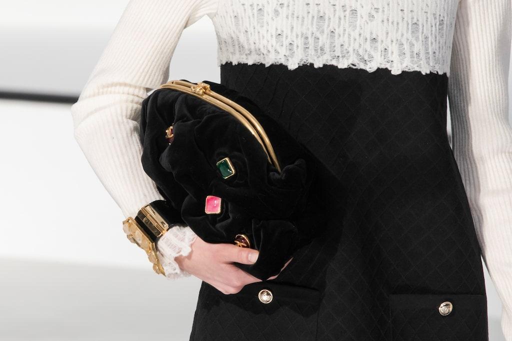 Höstmode 2020: stora kuvertväskor hos Chanel AW20.