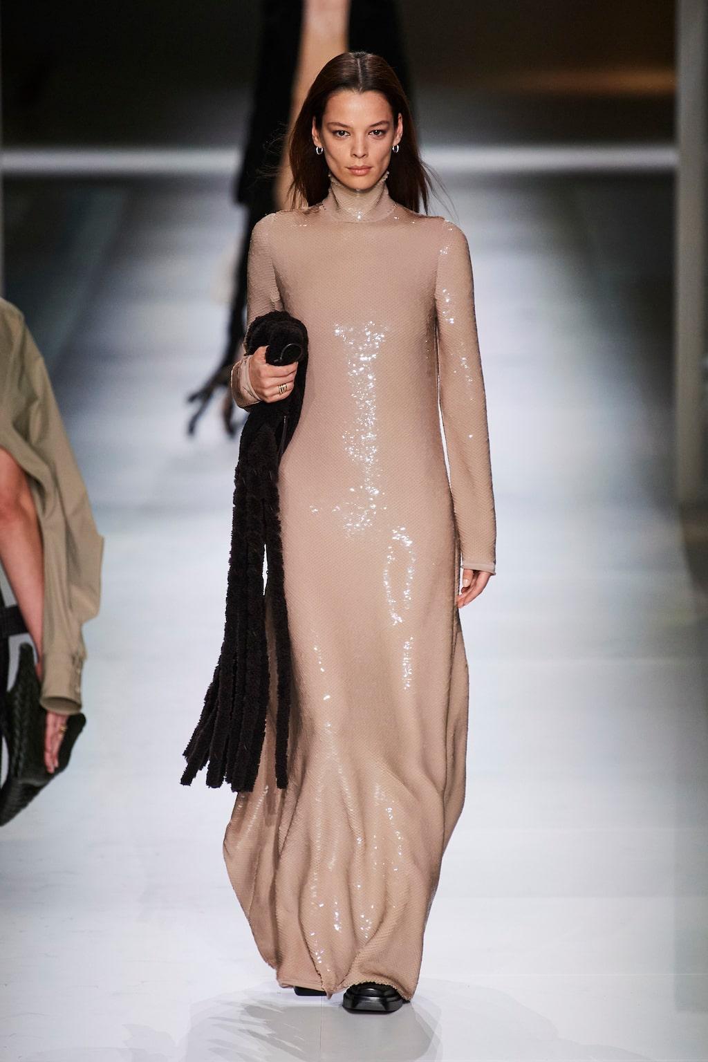 Höstmode 2020: gnistrande långklänningar hos Bottega Veneta AW20.