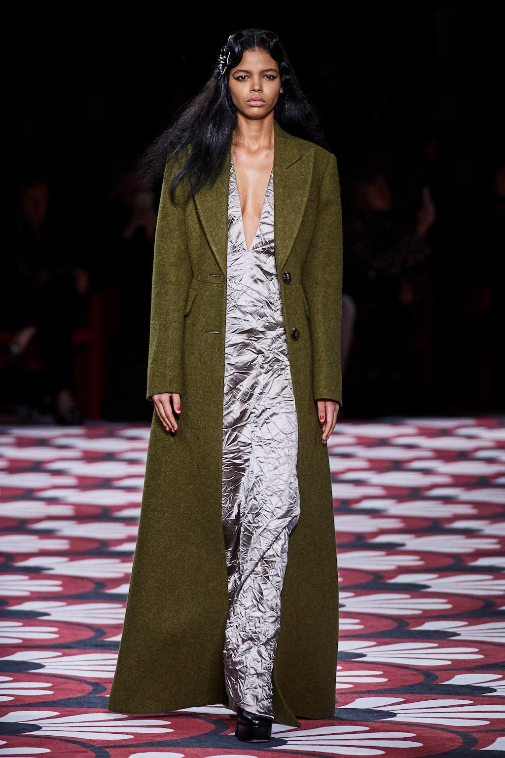 Höstmode 2020: gnistrande långklänningar hos Miu Miu AW20.